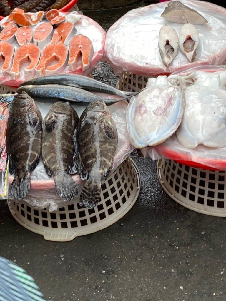 雙連朝市_ざるの上に魚