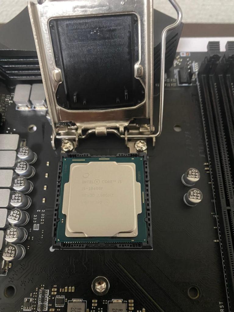CPUをマザボにつける